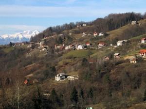 Sevno s pogledom na Kamniške Alpe v ozadju