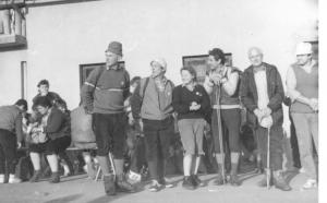Ena redkih ohranjenih slik s cilja 1. popotovanja leta 1987 pri Gostišču Tončkov dom. (iz zbirke Jožeta Kosa)