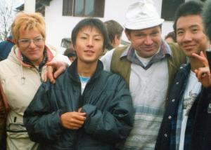 Na pohod prihajajo mnogi tujci. Pokojni Bogdan Norčič je leta 2001 pripeljal japonsko smučarsko skakalno reprezentanco. (foto: zbirka Jože Kos)