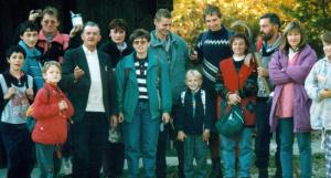 Levstikova ekipa se odpravlja na ogled poti pred pohodom in ustavili so se tudi pri Ivanu Sotlarju (sredi 90-ih let). (foto: zbirka Jože Kos)