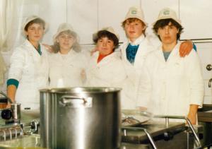 Nekoč je bilo vse drugače. V podjetju TEM (tedaj Elma) so leta 1988 skuhali velike količine čaja za pohodnike. Kdo se še spominja teh pridnih deklet?